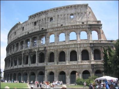 Je me situe à Rome, et recevez au 1er siècle les combats de gladiateurs. Je suis :
