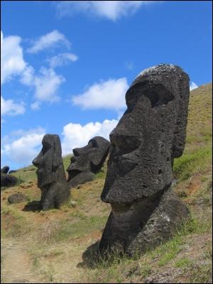 Centaines de statues faites d'un seul bloc taillé dans la roche volcanique, entre le 9e siècle et le 17e siècle. Qui suis je ?