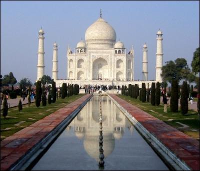 Monument construit par l'empereur moghol Shâh Jahân en mémoire de son épouse, au 16e siècle. Je suis :