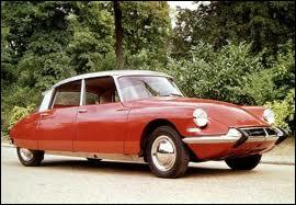 La DS est présentée en première mondiale au salon de l'auto de Paris, son design rompt totalement avec le style de la traction avant. Quel est le nom du carrossier qui l'a dessinée ?