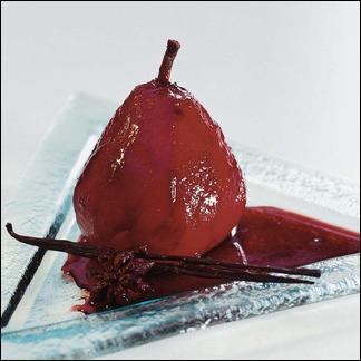 Quels parfums viennent donner un goût raffiné à ces poires au vin rouge ?