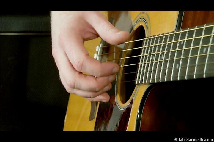 Quel interprète nous fait connaître un musicien qui fait jouer ses mains sur un morceau de bois ?