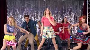 Quelle est la chanson interprétée par Violetta est dansée par tout le monde ?