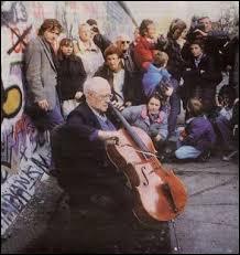 Cette photo est associée à un événement majeur de l'histoire de l'Europe d'après guerre. A votre avis, lequel ? Un indice pour les plus jeunes, elle date de 1989.