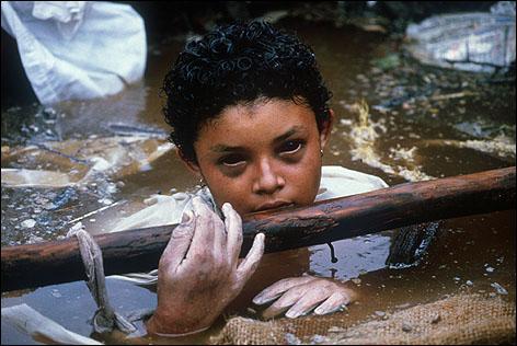 Cette photo a fait le tour du monde. Omayra Sánchez, jeune colombienne de 13 ans, est l'une des 25000 victimes de la catastrophe d'Armero. Quelle est la cause première de cette catastrophe ?