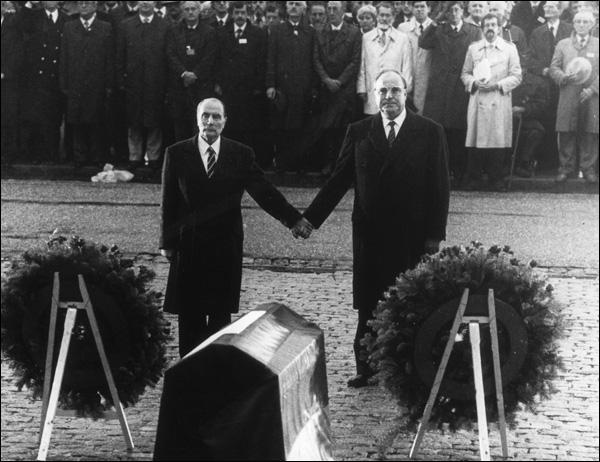 Cette poignée de mains entre François Mitterrand et Helmut Kohl est peut-être le geste le plus emblématique de la réconciliation franco-allemande. A quel endroit cette photo a-t-elle été prise ?