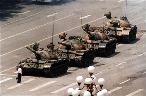 L'identité de cet homme seul et désarmé face aux tanks est toujours restée inconnue. Il a été surnommé « le manifestant inconnu ». Dans quel pays a été prise cette photo ?