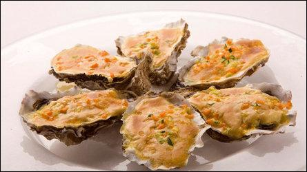 On nous sert des huîtres chaudes au Champagne, que faut-il faire pour les préparer ?