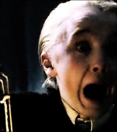 TOP 13 : Dans la forêt Interdite (HP 1).Pourquoi Voldemort boit-il du sang de licorne puisqu'il convoite également la Pierre philosophale ?