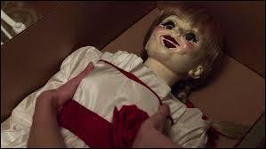 Pour quelle occasion John (le mari) offre-t-il la poupée à sa femme ?