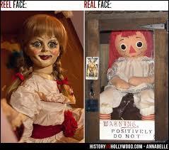 Dans l'histoire originale qui offre la poupée et à qui ?