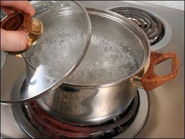 Agua hirviendo. Indice : on y plonge les pâtes à point nommé.