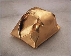A côté de votre tasse à café, se cache une surprise du terroir ardèchois, soigneusement emballée dans un joli papier doré, allez-vous deviner ?