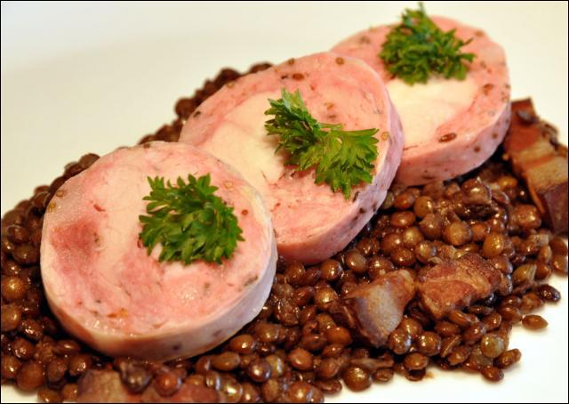Nous ne sommes pas très loin du Dauphiné, c'est pourquoi on nous propose cette spécialité du terroir, saucisson parfumé au carvi :