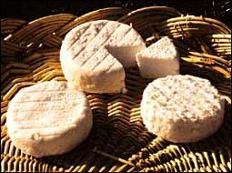 Tradition ardèchoise oblige ! On nous sert un fromage du cru ...