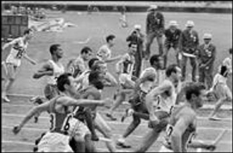 Qui est cet athlète donnant le relais à Jocelyn Delecour, à Tokyo, aux Jeux Olympiques en 1964, pour la finale du 4 x 100 mètres ?