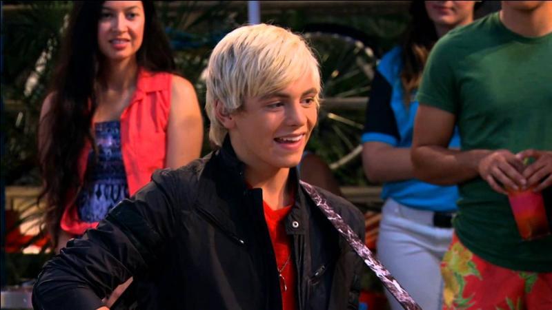 Dans la saison 3, après avoir reçu une mauvaise critique, Austin se redonne confiance en chantant quelle chanson ?