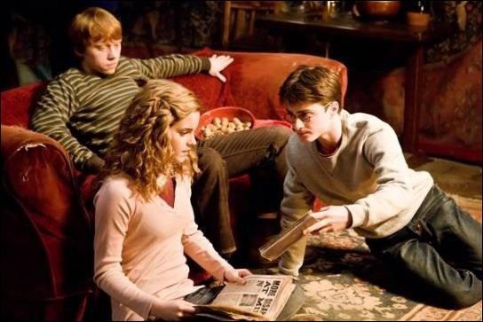 Trop bien le nouveau livre de potions de Harry ! Il est toujours le chouchou du prof. Mais on a oublié de préciser quelque chose dans le film, qui est dit dans le livre, quoi ?