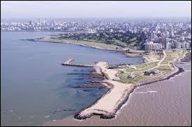 Parmi ces capitales, laquelle est située le long du Rio de la Plata ?