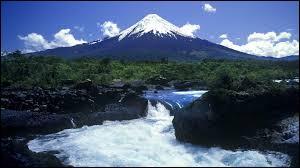 Parmi ces volcans, lequel est situé en territoire chilien ?