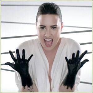 Dans le clip, nous apercevons Demi tachée d'une peinture noire. De quelle chanson s'agit-il ?
