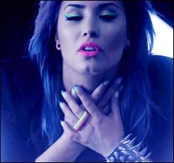 On continue avec une chanson de 2014. De quelle chanson provient ce clip où nous pouvons apercevoir des couleurs multicolores au noir ?