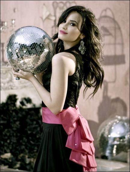 Dans le clip, nous pouvons apercevoir notre belle Demi vêtue d'une robe noire et donnant son concert. Quel est le nom de cette chanson ?