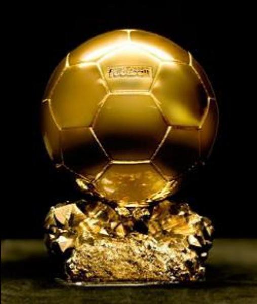 Quel ancien joueur de l'ASSE a remporté 3 fois le Ballon d'or (1983-1984-1985) ?