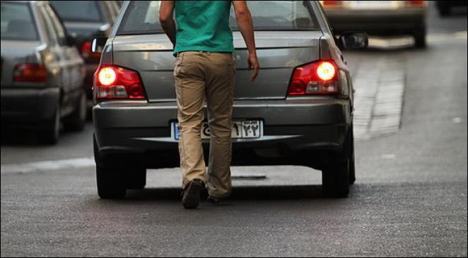 Petit tour du monde ! Seules certaines voitures sont autorisées à circuler selon les jours. Mais quand on doit prendre la voiture, on paie un cacheur de plaques d'immatriculation :