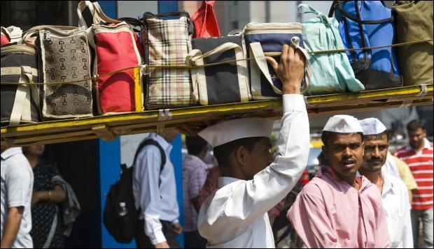En Inde, la personne qui prend les déjeuners des ouvriers pour leur rendre à leur lieux de travail s'appelle :