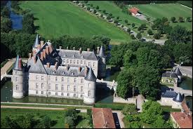Voici le château d'Haroué (Meurthe-et-Moselle). Il est composé de 52 cheminées, 12 tours et 4 ponts. Sachant qu'il y a une logique dans la composition de ce château, pouvez-vous me dire quel est le nombre de fenêtres ?