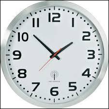 À son réveil du coma, Rick regarde l'horloge arrêtée de sa chambre d'hôpital. Quelle heure affiche-t-elle ?