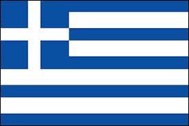 A quel pays appartient ce drapeau constitué de cinq bandes horizontales bleues et de quatre bandes horizontales blanches et d'une croix blanche au fond bleu ?