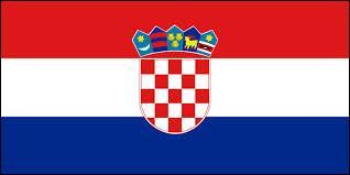 A quel pays appartient ce drapeau constitué de trois bandes horizontales rouge, blanche et bleue avec un emblème au milieu du drapeau ?