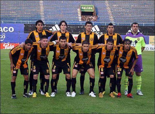 Commençons par un club paraguayen doté du gardien Pablo Aurrecochea, célèbre pour ses maillots où s'invitent des personnages de dessins animés :