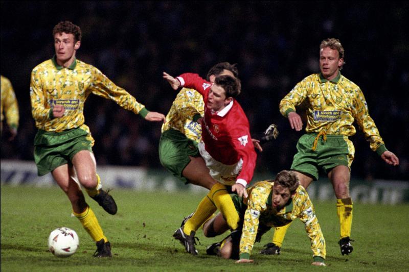 En vert et jaune, vous reconnaitrez ici le maillot de la saison 1992-1993 du club anglais :