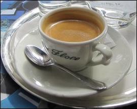 Nous voici Avenue de Neuilly. Dans l'attente d'y acheter une maison, on va bien trouver un bar pour boire un café ! Je le prendrai avec un nuage de lait :