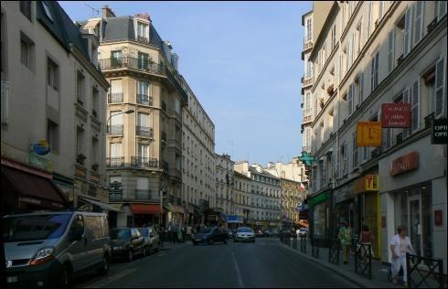 """Edith Piaf est née dans cette rue, Alain Souchon chantait """"Je sais bien que, Rue de ......rien n'est fait pour moi, mais je suis dans une belle ville, c'est déjà ça """", première rue que l'on rencontre sur le plateau du Monopoly :"""