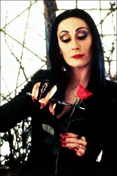 Voici la mère, dont la passion est de faire des bouquets de roses... Sans les fleurs naturellement !
