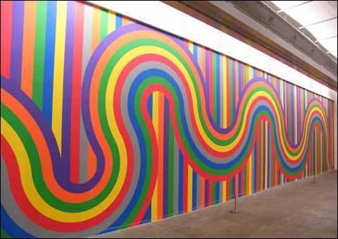 Au bout de la salle, on termine notre visite par un grand mur multicolore peint par :