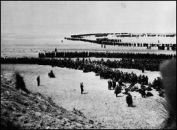 Les troupes franco-britanniques se trouvent encerclées, prises dans une  faucille . La défaite semble inévitable. Churchill décide le retour immédiat du corps expéditionnaire britannique en vue d'organiser la défense de l'Angleterre. A partir de quel port du Nord de la France, farouchement défendu par les Alliés, l'embarquement de 350 000 hommes a-t-il eu lieu du 20 mai au 3 juin 1940 ?