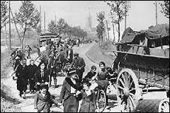 C'est la panique générale chez les autorités françaises. Les routes sont submergées par l'afflux de 8 millions de réfugiés fuyant devant l'avancée fulgurante des troupes allemandes vers Paris. Le gouvernement quitte en hâte la capitale. Dans quelle ville le gouvernement se réfugie-t-il le 14 juin 1940 ?