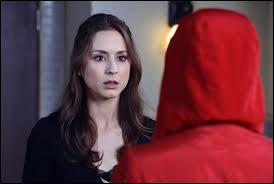 Qui était la personne à l'imper rouge que Spencer a suivi jusqu'aux toilettes ?