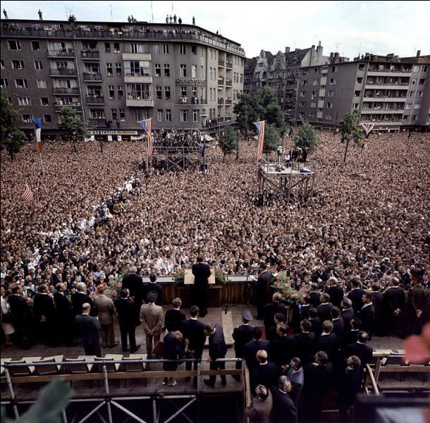 """Quel président a exprimé la solidarité du Monde libre pour les Berlinois avec la célèbre phrase """"Ich bin ein Berliner """" ?"""