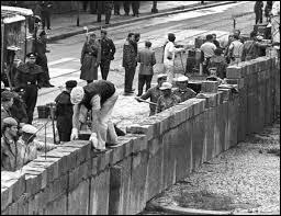 Le début de la construction du mur date de :