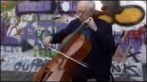 L'un des symboles de la chute du bloc de l'Est est ce violoncelliste jouant du violoncelle au pied du Mur le 11 novembre 1989 ; c'est :