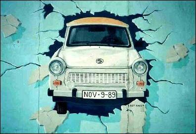 Symbole automobile de la chute du mur de BERLIN , ce graffiti représente une ....