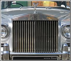Reconnaissez-vous, grâce à cette grande grille devant la voiture, la marque ?