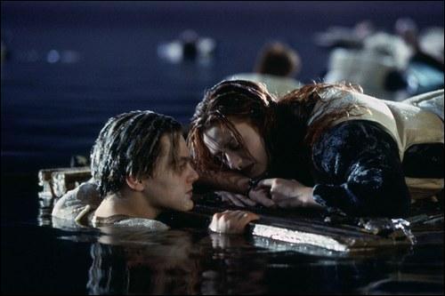 Où Jack est-il enfermé lors de la rencontre entre le Titanic et un iceberg ?