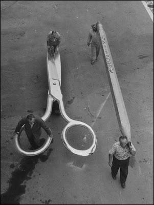 Une étonnante photo de tournage, qui pourrait représenter une installation de décors de l'antique série TV Au pays des géants (Land of the giants). A votre avis, de quel film s'agit-il ?